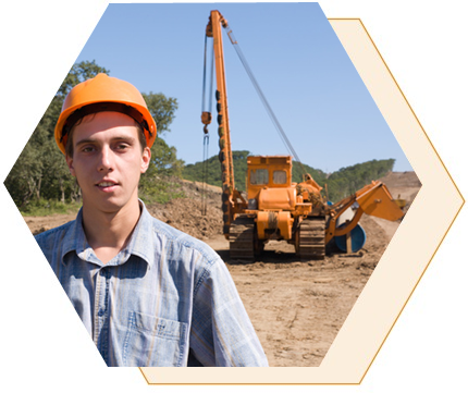 Pasos para convertirse en ingeniero ambiental. Hay dos pasos comunes para ingresar al campo de la ingeniería ambiental: una licenciatura en ciencias en ingeniería ambiental o un campo relacionado (ingeniería civil, química o mecánica según las características del puesto buscado), una maestría en ciencias en ingeniería ambiental. Cada vez más empleadores están buscando candidatos con una maestría. Los antecedentes educativos específicos que desean los empleadores están determinados por el campo de trabajo del puesto. Algunos puestos requieren una licencia en ingeniería profesional.