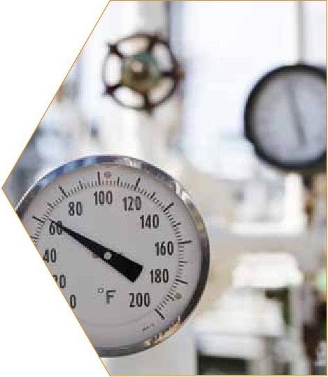 Oportunidades en la industria del petróleo y gas para operadores de unidades de servicios. El trabajo de un operador de unidades de servicios comienza luego de la finalización de la perforación de un pozo de petróleo o gas. La responsabilidad del operador de unidad de servicios es mantener o aumentar el flujo de petróleo o gas de los pozos productores. El trabajo variará según los sitios e incluye funciones especializadas como leer medidores o controlar la presión, la densidad, la frecuencia y la concentración, ajustar procedimientos de bombeo, operar herramientas de pesca y equipos suspendidos para recuperar equipos perdidos o dañados. La perspectiva a largo plazo para los operadores de unidades de servicios es buena con un crecimiento mayor que el promedio en la cantidad de trabajos en nuestra región debido a que se espera que muchos trabajadores actuales se jubilen en los próximos cinco a 10 años.